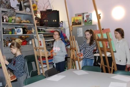 Młodzi artyści wpracowni plastycznej WDK